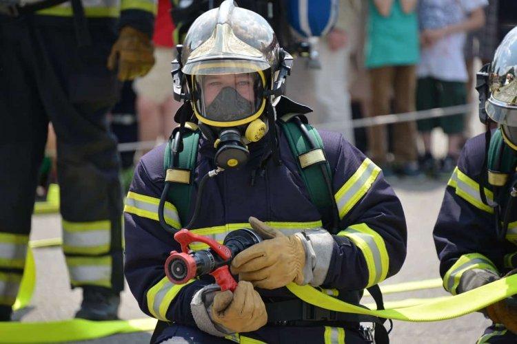 МЧС РФ не хватает пожарных