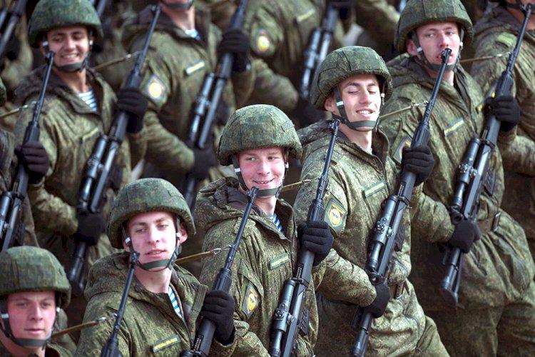 Госдума поддержала решение о повышении зарплат военнослужащим по контракту.