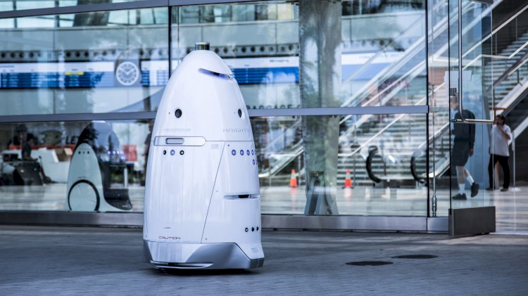 Робот-полицейский нагрубил обратившемуся к нему человеку.